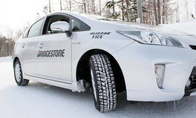 겨울용 타이어는 빙판길에서 일반 타이어보다 뛰어난 접지력을 가진다. /브리지스톤 코리아