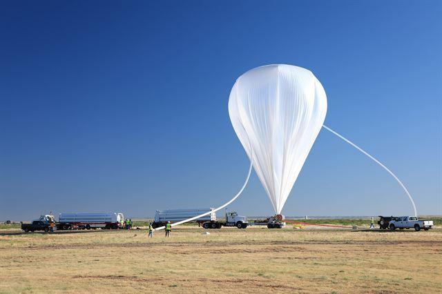 지난해 9월 미국 뉴멕시코주에서 한미 공동 연구팀이 코로나 그래프를 실어 올릴 대형 기구에 가스를 주입하고 있다. 과학기술정보통신부 제공