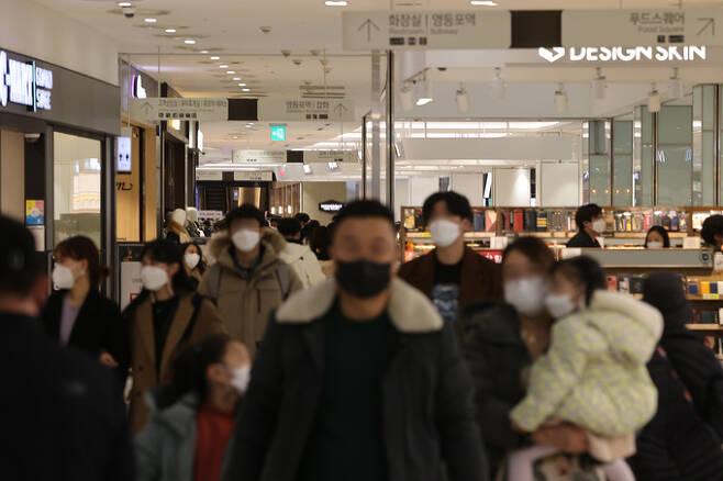 지난 6일 오후 서울 영등포구의 한 대형쇼핑몰이 북적이고 있다. 연합뉴스