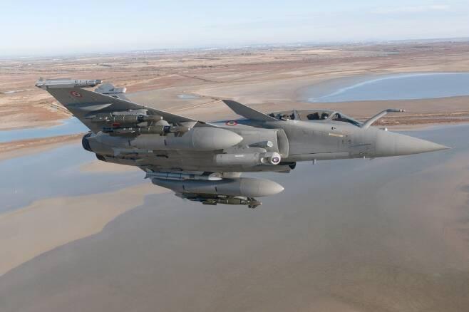 인도네시아가 최근 경제난을 이유로 KF-X 분담금 5000여억 원을 미납한데 이어, KF-X를 나몰라하고 프랑스와 라팔 전투기 구매를 놓고 협상을 벌이는 상황이다. 사진=닷소사