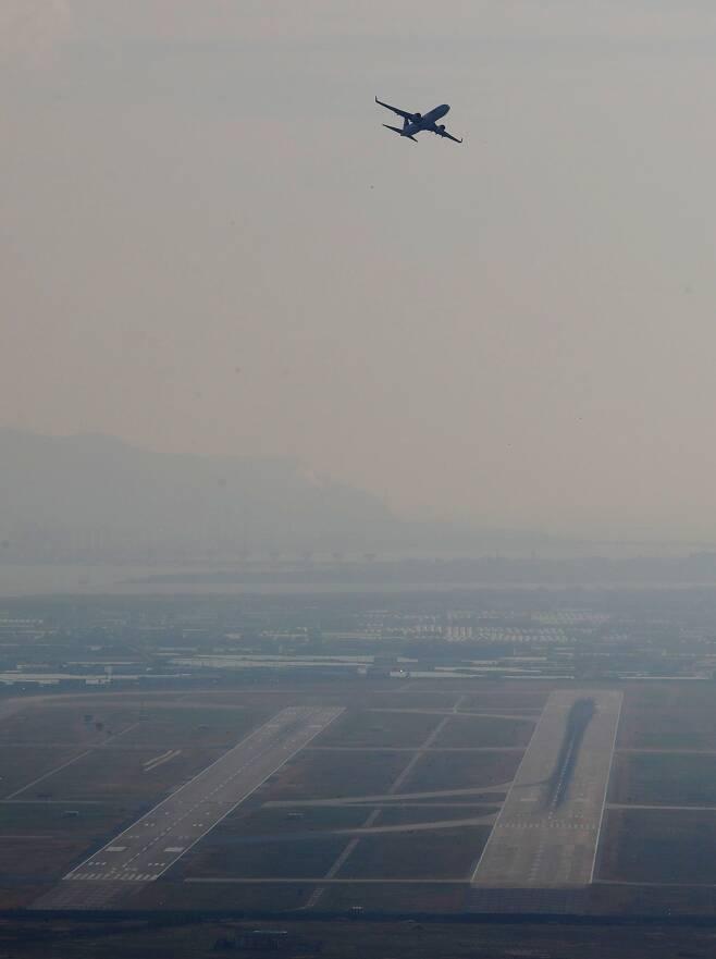 지난달 18일 오후 부산 강서구 김해국제공항에 민항기가 이륙하고 있다./김동환 기자