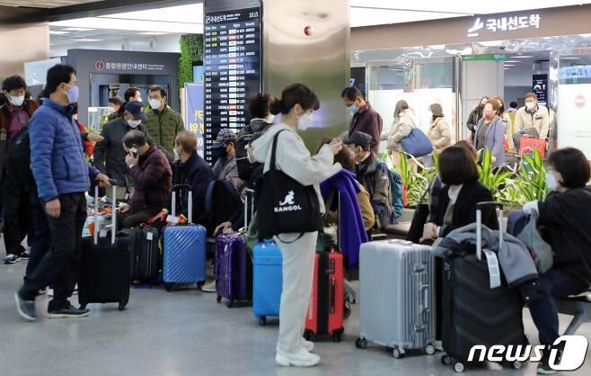 지난 11월24일 제주국제공항 국내선 도착장이 관광객들로 북적이고 있다.2020.11.24 /뉴스1 © News1 홍수영 기자