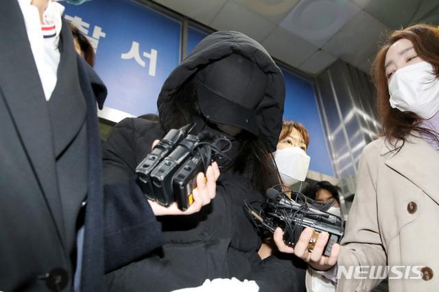 [서울=뉴시스]김병문 기자 = 16개월 입양 아동을 학대한 혐의로 구속된 양어머니가 지난달 19일 오전 서울 양천경찰서에서 검찰로 송치되고 있다. 2020.11.19. dadazon@newsis.com
