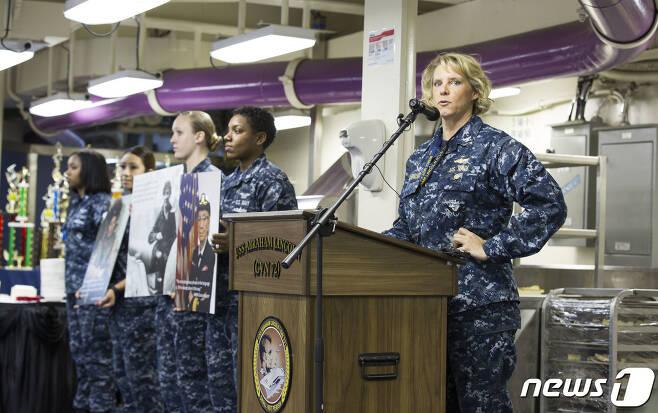 미 해군 항공모함을 지휘할 차기 함장으로 선발된 에이미 바우에언슈미트 대령.(미 해군 제공) © 뉴스1