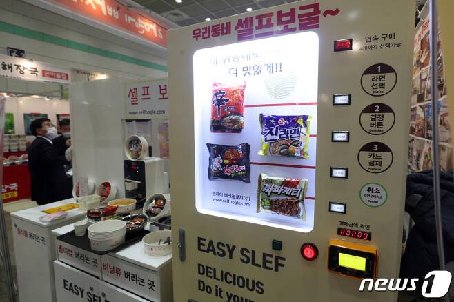 지난달 26일 서울 강남구 코엑스에서 열린 '2020 IFS 프랜차이즈 서울'에서 예비창업자들이 전시부스를 살펴보고 있다. © News1 황기선 기자