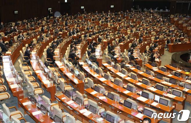 10일 오후 서울 여의도 국회에서 열린 본회의2020.12.10/뉴스1 © News1 신웅수 기자
