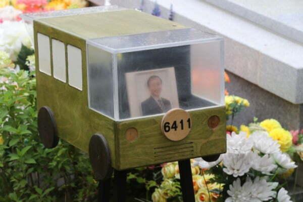 2019년 7월 경기도 남양주시 모란공원에서 열린 노회찬 의원 서거 1주기 추모제에서 고인이 2012년 진보정의당 공동대표 당선 수락연설에서 언급했던 '6411 버스'의 모형물이 놓여 있다. /사진=연합뉴스
