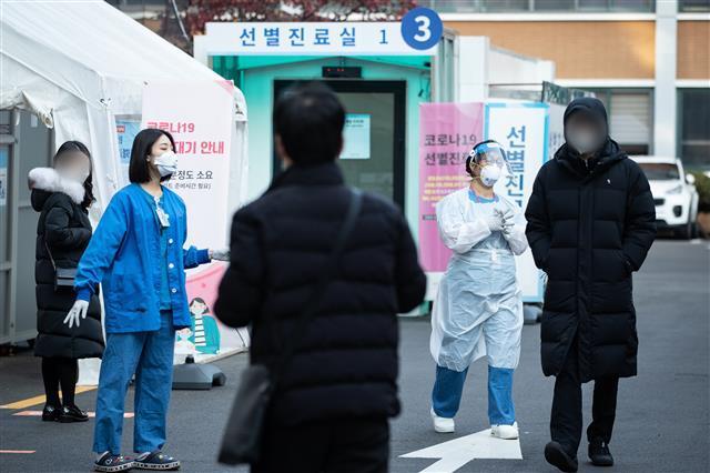 코로나19 신규확진 686명 증가 - 신종 코로나바이러스 감염증(코로나19) 일일 확진자가 0시 기준 686명 발생한 9일 서울 중구 국립중앙의료원 선별진료소를 찾은 시민들이 검사를 기다리고 있다.2020.12.9/뉴스1