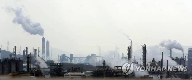 모락모락 수증기 피어오르는 석유화학 단지 [연합뉴스 자료사진]