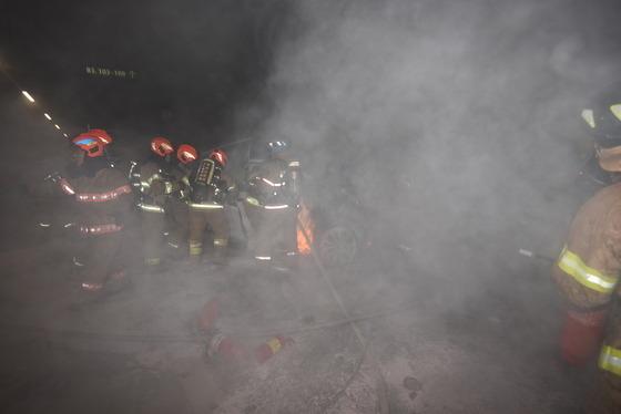 9일 서울 용산구 한남동 한 아파트 지하주차장에서 소방관들이 테슬라X 차량의 불을 끄고 있다. © 뉴스1(용산소방서 제공)