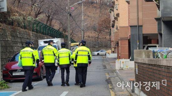 10일 오후 안산시 A동 한 주택가 주변에서 경찰이 순찰을 하고있다.