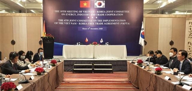 성윤모(오른쪽 끝) 산업통상자원부 장관이 11일 베트남 하노이에서 열린 제4차 FTA 공동위원회에서 모두 발언을 하고 있다. 사진 왼쪽 끝은 쩐뚜언아잉 베트남 산업무역부 장관. 하노이=정재호 특파원
