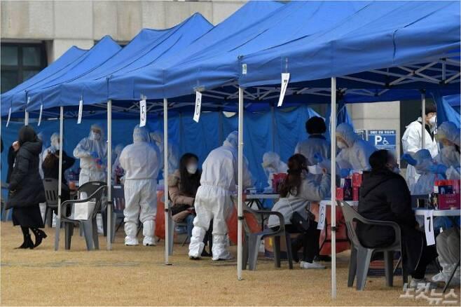 코로나19 신규 확진자가 689명 발생한 11일 민원실 직원 1명이 확진 판정을 받은 인천 부평구청에서 전 직원이 검체검사를 받고 있다. (사진=박종민 기자)
