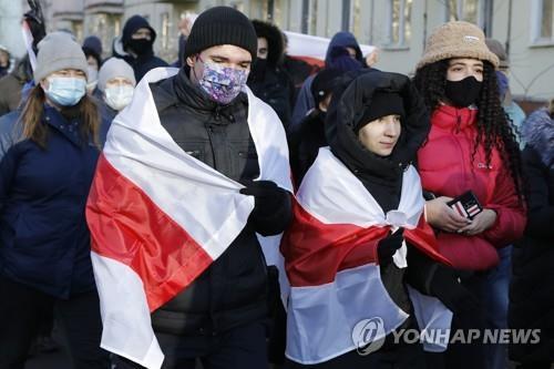 벨라루스 수도 민스크 시내에서 지난 6일(현지시간) 루카셴코 대통령 퇴진을 요구하며 시위를 벌이는 젊은이들. [AP=연합뉴스 자료사진]