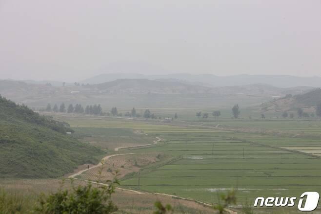 평양-향산고속도로 서쪽 영변군의 초입에 있는 농촌마을의 풍경. (미디어한국학 제공) 2020.12.12.© 뉴스1