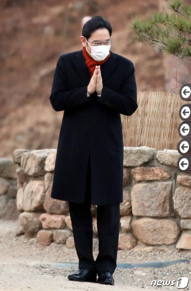 12일 오전 서울 은평구 진관사에서 열린 고(故) 이건희 삼성전자 회장 49재에 참석한 이재용 부회장이 사찰 관계자들과 합장하며 인사를 나누고 있다. 2020.12.12/뉴스1 © 뉴스1 이광호 기자