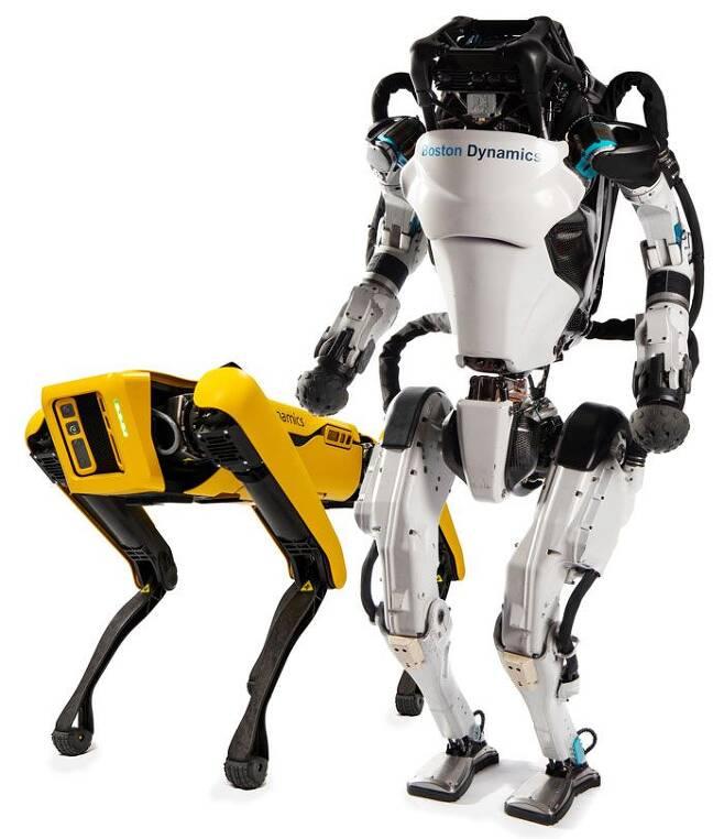 현대차그룹이 11일 인수하기로 발표한 미국 로봇 제조업체 '보스턴 다이내믹스'의 보행로봇개 '스폿'(왼쪽)과 2족 보행 인간형 로봇 '아틀라스'. /현대자동차그룹