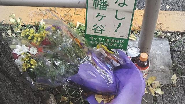 여성 노숙인이 숨진 버스 정류장에 놓인 꽃다발과 음료수들. 〈일본 NHK 방송 화면〉