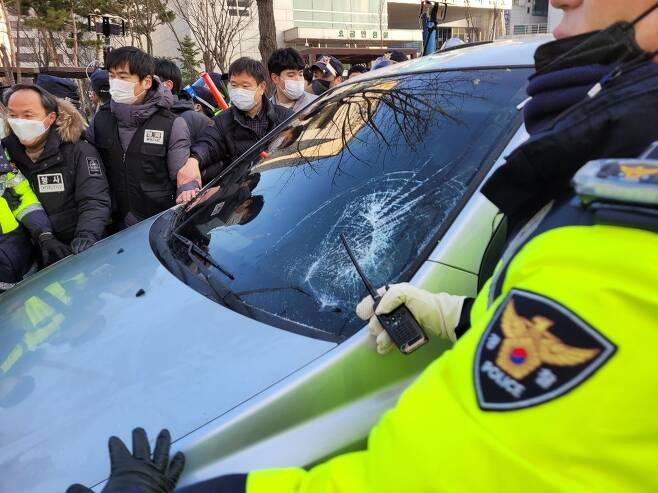 12일 출소한 아동 성범죄자 조두순이 탄 후송차를 시민들이 차 천장 위로 올라타는 과정에서 앞 유리가 금이 갔다. 안산 최영권 기자 story@seoul.co.kr