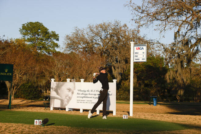 에이미 올슨이 438야드로 파4 홀 중 가장 길게 세팅된 18번홀에서 힘차게 티샷을 하고 있다. (사진=Chris Keane/USGA)