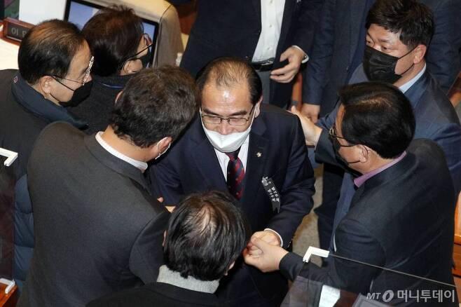 태영호 국민의힘 의원이 14일 서울 여의도 국회에서 열린 본회의에서 남북관계발전법 개정안에 대한 무제한 토론을 마친 뒤 동료 의원들의 격려를 받고 있다. /사진=뉴시스