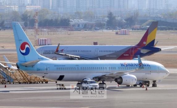 함께 날아오를까  - 지난 1일 김포국제공항 국내선 주기장에 대한항공과 아시아나항공 여객기가 세워져 있는 모습. 사진은 본문과 직접적인 관련 없음.박윤슬 기자 seul@seoul.co.kr