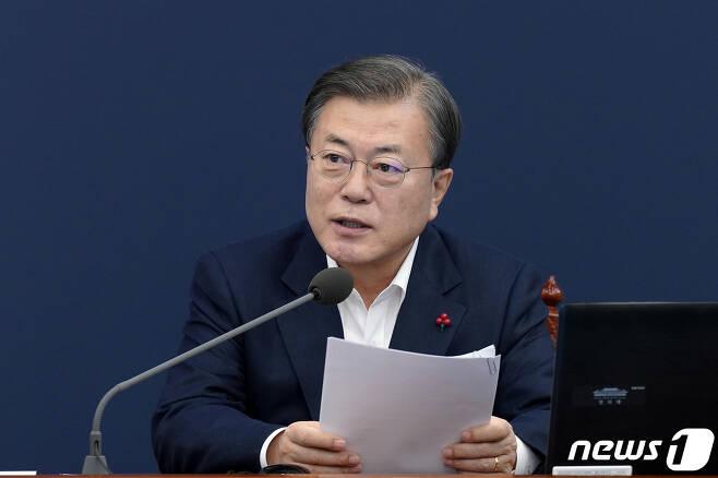 문재인 대통령이 14일 오후 청와대 여민관에서 수석·보좌관회의를 주재하고 있다. 2020.12.14/뉴스1 © News1 박정호 기자