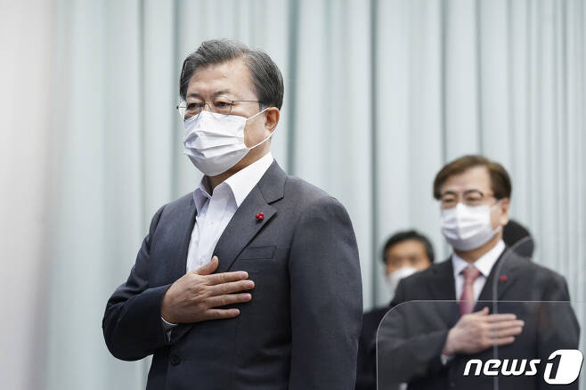 문재인 대통령이 15일 청와대 여민관에서 열린 제61회 영상 국무회의에서 국민의례를 하고 있다. 2020.12.15/뉴스1 © News1 박정호 기자