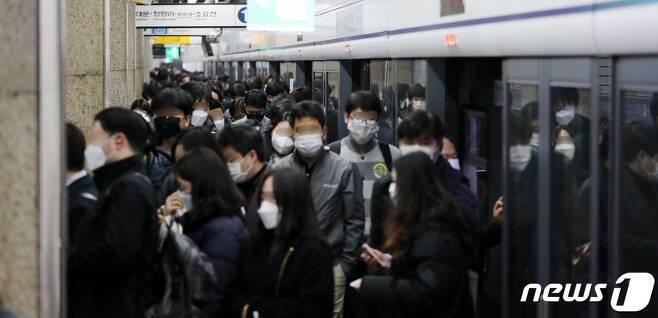 27일 서울 1호선 종각역에서 시민들이 출근길 발걸음을 옮기고 있다./사진=뉴스1