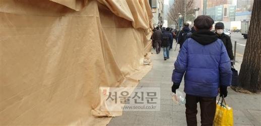 지난 11일 서울 용산구 서울시립 무료급식장 '따스한 채움터'를 찾은 노숙인들이 도시락을 받지 못하고 발길을 돌리고 있다. 김주연 기자 justina@seoul.co.kr