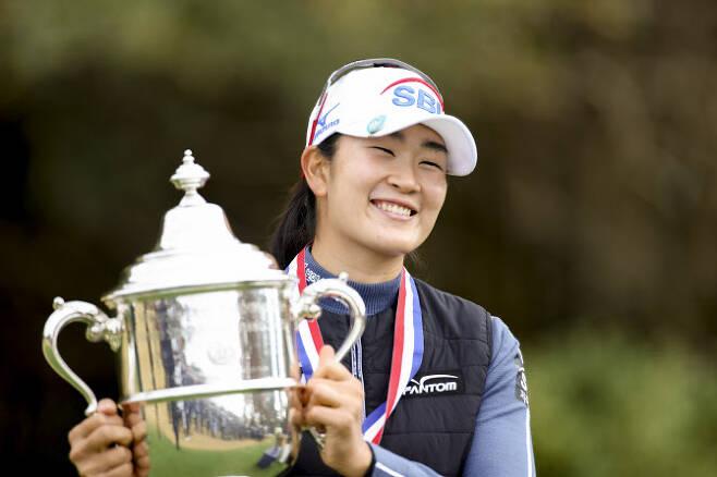 김아림이 US여자오픈 우승트로피들 들고 환하게 웃고 있다. (사진=Simon Bruty/USGA)