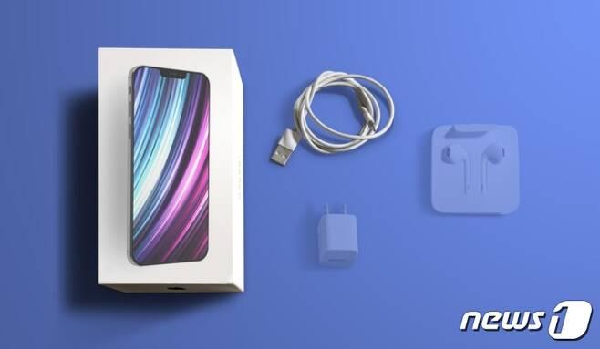 애플은 아이폰12의 기본 구성품에서 번들이어폰과 충전 어댑터를 제외했다. © 뉴스1