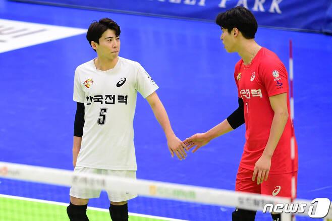 한국전력의 보배 오재성(왼쪽)과 이시몬. (한국배구연맹 제공) © 뉴스1