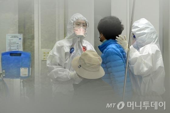 13일 오전 메르스 최종 음성 판정을 받은 지 10일 만에 양성 판정을 받은 환자가 발생한 서울 강남구 삼성서울병원 격리진료구역에서 의료진들이 환자를 돌보고 있다. 보건복지부 중앙메르스관리대책본부에 따르면 메르스가 재발한 80번 환자는 이날 서울대병원과 질병관리본부의 바이러스 유전자 검사에서 양성 판정이 나왔다.80번 환자는 지난 11일 오전 5시30분께 발열과 구토 등의 증상으로 삼성서울병원 선별진료소를 내원해 진료를 받았고, 낮 12시15분께 서울대병원 격리 병상으로 이송됐다.80번 환자가 양성으로 판정됨에 따라 오는 29일 자정으로 예정된 '메르스 완전 종식'은 무기한 연기될 수도 있다. 2015.10.13/뉴스1