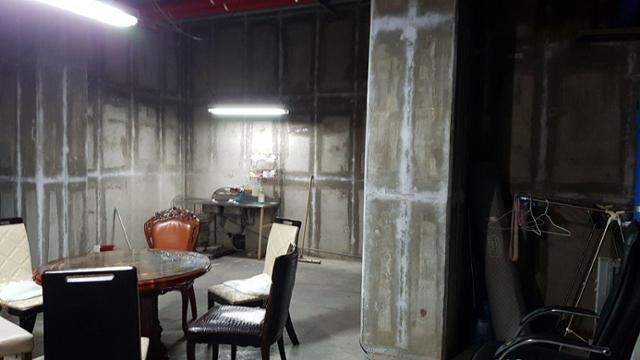 파주의 한 아파트 청소노동자 휴게실, 햇빛도 제대로 들지 않는 지하 공간에서 노동자들은 점심을 먹고 잠깐의 휴식도 취한다. 파주시비정규직노동자지원센터 제공