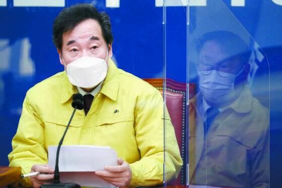 이낙연 더불어민주당 대표가 16일 오전 윤석열 검찰총장 정직 징계에 대한 입장을 발표하고 있다. 오종택 기자