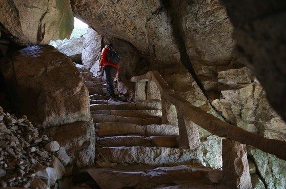 쌍홍문 동굴 안쪽으로 돌계단이 이어져 있다. 보리암 경내로 들어가는 입구라 할 수 있다.