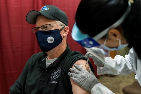 크리스토퍼 밀러 미국 국방장관 대행이 지난 14일(현지시간) 메릴랜드주 베데스다에 있는 월터리드 군병원에서 화이자 코로나19 백신을 접종받고 있다. 로이터 연합뉴스