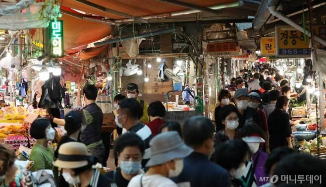 추석 연휴를 이틀 앞둔 28일 오후 서울 동대문구 경동시장이 제수용품을 구입하는 시민들로 북적이고 있다. / 사진=김휘선 기자 hwijpg@