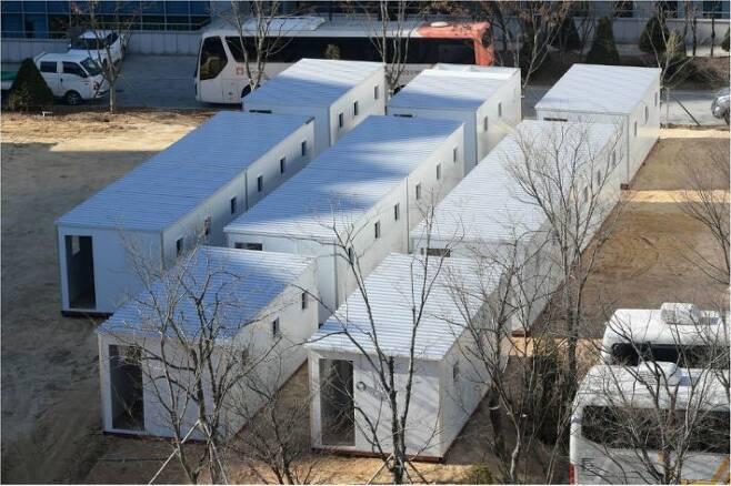 8일 서울 중랑구 서울의료원에 임시 병상인 '컨테이너형 치료 공간'이 설치되고 있다. 컨테이너형 치료공간은 서울의료원 48개 병상을 시작으로 서울의료원 분원, 서북병원 등 3개 시립병원에 설치된다. 이한형기자
