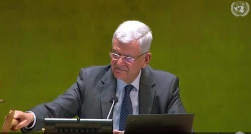 결의안 통과 알리는 볼칸 보즈키르 유엔총회 의장 [유엔 웹티비 캡처]