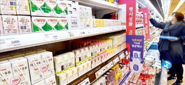환경부가 이르면 내년부터 음료 제품에 빨대 부착을 전면 금지하는 법안을 시행키로 하면서 관련 업계에 비상이 걸렸다. 서울의 한 대형마트에 빨대가 부착된 제품들이 진열돼 있다. /김영우 기자 youngwoo@hankyung.com