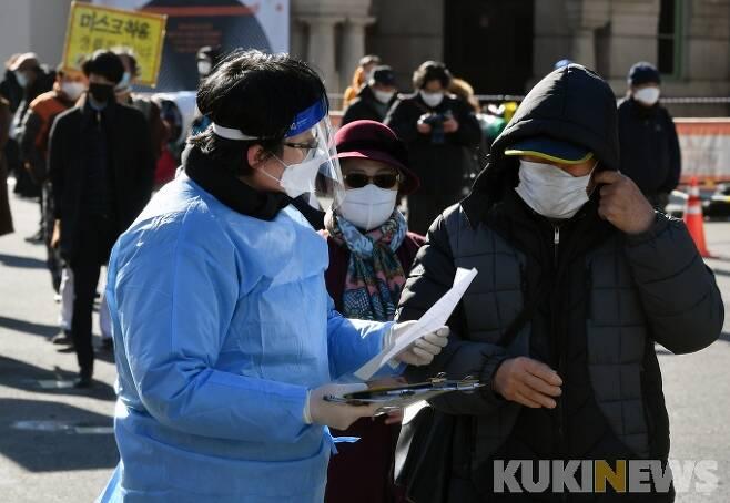 14일 오후 서울 용산구 서울역 광장에 설치된 임시 선별진료소를 찾은 시민들이 코로나19 검사를 받고 있다. 박태현 기자