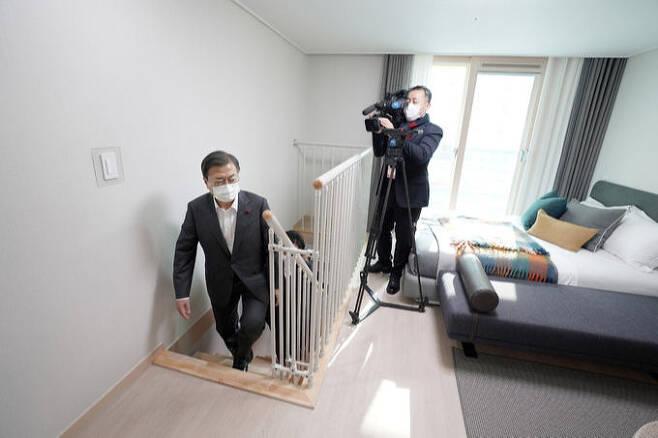 문재인 대통령이 지난 11일 경기 화성시 LH 임대주택 100만호 기념단지인 동탄 공공임대 주택의 한 복층 세대를 둘러보고 있다. 화성=뉴시스
