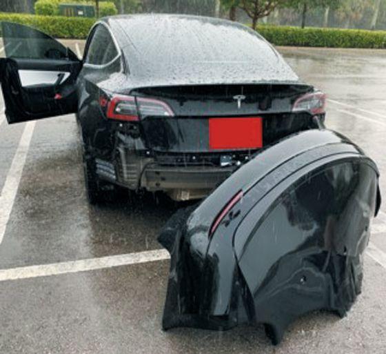 빗속을 달리던 중 범퍼가 분리된 테슬라 차량. /미국 트위터 캡처