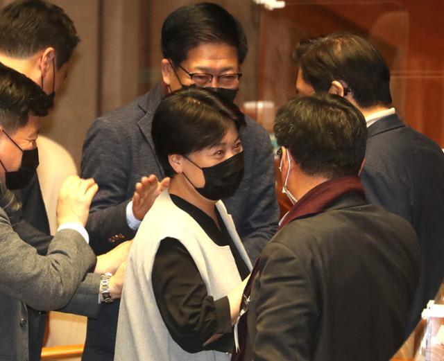 윤희숙 국민의힘 의원이 지난 12일 오전 국회에서 국가정보원법 개정안에 대한 필리버스터를 마치고 동료의원들의 격려를 받고 있다. 뉴시스