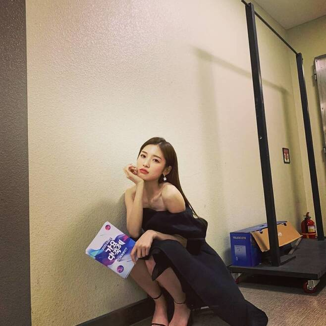 Group Omay Girl Arin has left a feeling for the 2020 Music Festival.Arin wrote on his Instagram on December 19, Good.  I was happy, he wrote, posting several photos.In the photo released, Arin sits on the floor wearing an off-the-shoulder black one-piece, looking sad.  The luxurious visuals with a mature taste add a refreshing atmosphere to the hearts of many fans.On this day, Omay Girl appeared at kbs 2020 Music Festival, which went live at 8:00 p.m. on 18 June.  Arin worked with Jang Won-young (Aizuwon), ShuHua (Girls) and Yuna (ITZY) on the cover stage of the group Apingk Dont Know.