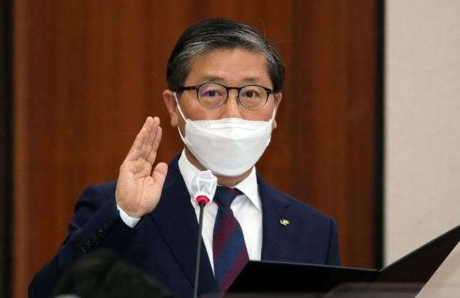 변창흠 국토교통부 장관 후보자가 한국토지주택공사(LH) 사장으로 재임할 때인 지난 10월 8일 국정감사에서 선서를 하고 있다. 연합뉴스