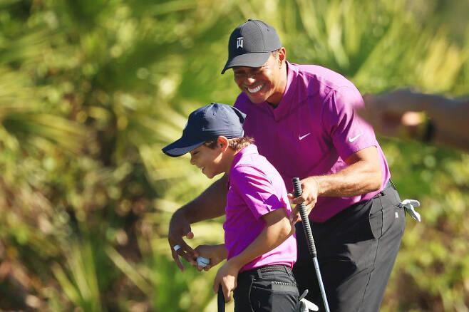 타이거 우즈가 20일 올랜도 리츠칼튼 골프클럽에서 열린 2020 PNC 챔피언십 첫날 파5 3번홀에서 이글을 잡은 아들 찰리를 사랑이 듬뿍 담긴 표정으로 맞아주고 있다.PGA 투어 트위터 제공