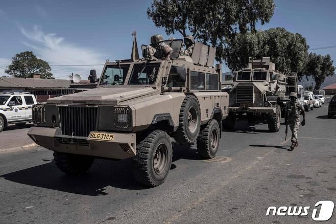 코로나19 확산으로 전국적 봉쇄령이 내려진 남아프리카공화국 케이프타운의 케이프 플랫츠에서 국가방위군이 무장 군용차량을 타고 순찰을 하고 있다. © AFP=뉴스1 © News1 우동명 기자